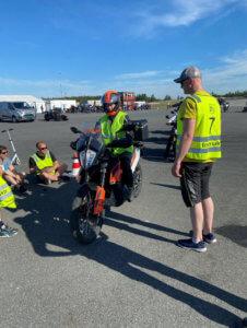 Ane Lønnum får lydsjekket sin motorsykkel før kjøring. Maks grensen er 100db.
